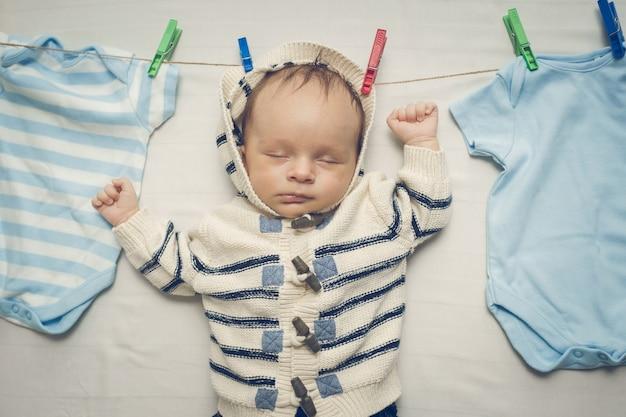 Getinte portret van kleine babyjongen die aan de waslijn hangt