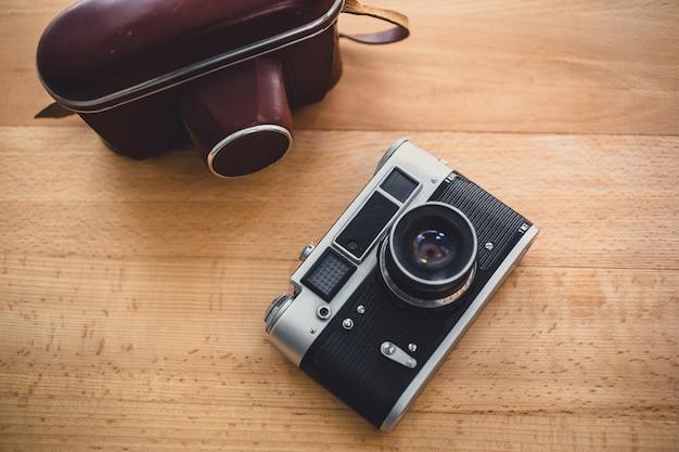 Getinte weergave van retro handmatige camera vanuit bovenaanzicht