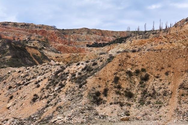 Getrapte hellingen van een oude kalksteengroeve