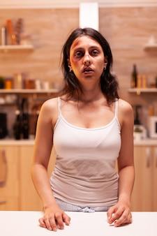 Getraumatiseerde en geslagen jonge vrouw van agressieve en alcoholische echtgenoot. gewelddadige agressieve echtgenoot die de doodsbange hulpeloze, kwetsbare, bange, geslagen en paniekerige vrouw verwondt.