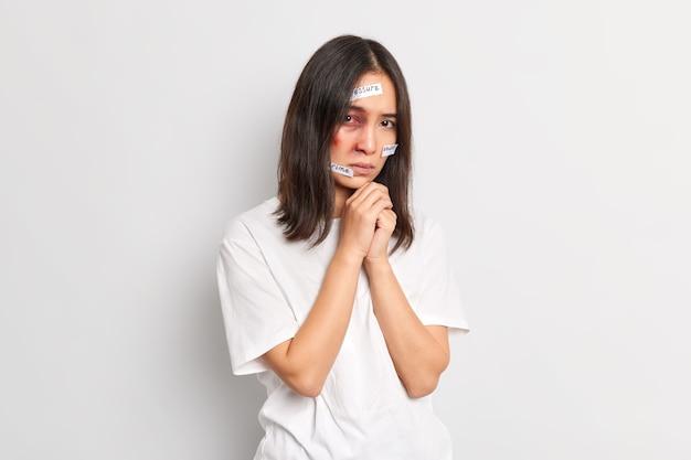 Getraumatiseerde geslagen vrouw met blauwe plekken die het slachtoffer is van geweld en agressie ziet er gefrustreerd uit