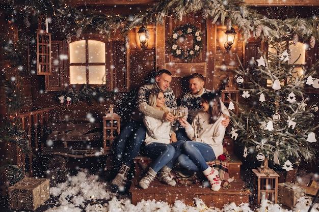 Getrouwde stellen zijn vrienden een gelukkig nieuwjaar