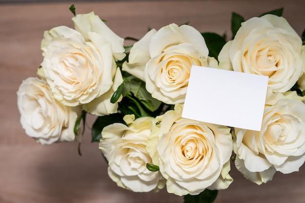 Gettig frame mock-up kaart of witte rozen. lege copyspace voor tekst. hoge kwaliteit foto