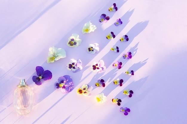 Geur, geur, parfumfles, fris bloemenaroma en bloemen, kleurrijke bloemblaadjes