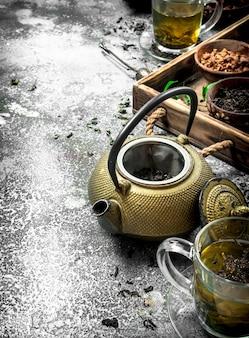 Geurige chinese thee. op een rustieke achtergrond.