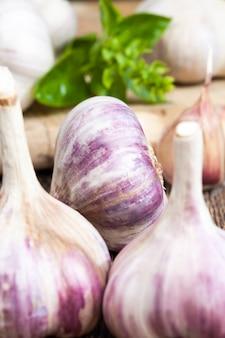 Geurige en rijpe knoflook tijdens het koken, keukentafel tijdens het koken van eten
