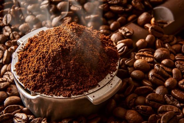 Geurige gemalen koffie in de houder gegoten
