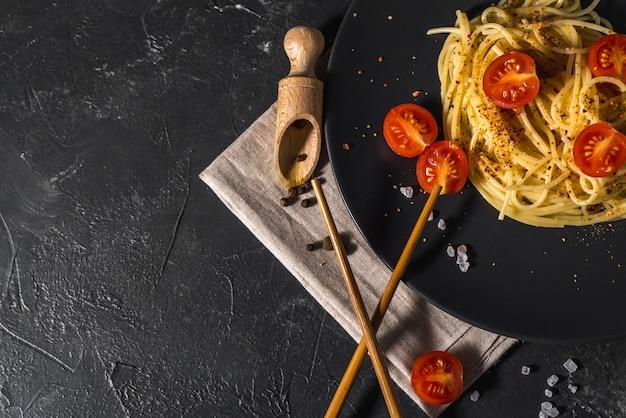 Geurige italiaanse spaghettipasta met tomatensaus en kaas en gezonde kruiden
