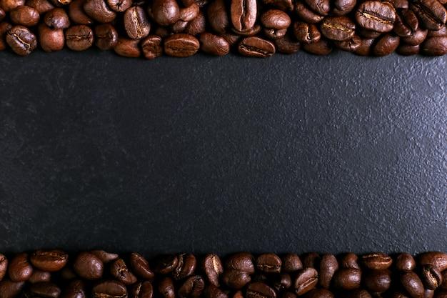 Geurige koffiebonen op rustieke tafelbladachtergrond