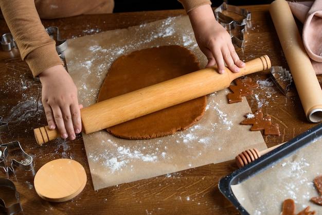 Geurige peperkoekkoekjes met noten. het proces van het bakken van peperkoek.
