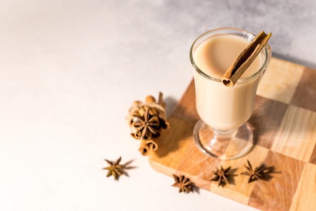 Geurige smakelijke en gezonde masala indiase thee gemaakt door zwarte thee te zetten met melk, kruiden en specerijen