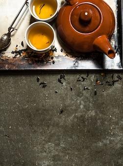 Geurige thee gebrouwen in een theepot. op de stenen tafel.