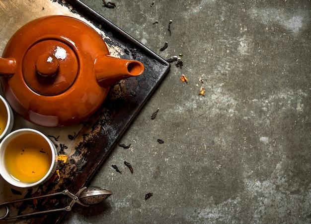 Geurige thee gebrouwen in een theepot.