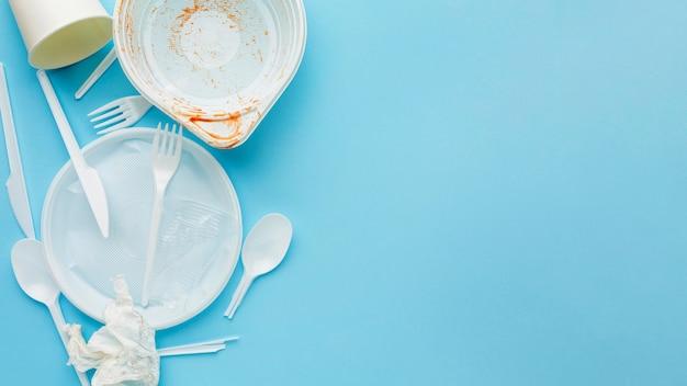 Gevaarlijk afval voor de natuur plastic borden en bestek