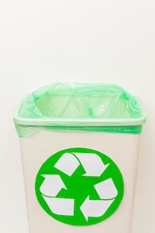 Gevaarlijk afval voor de natuur recycle bin concept