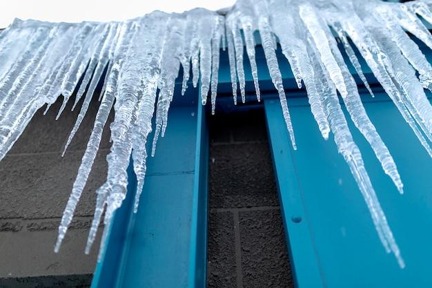 Gevaarlijke ijskegels die van het dak in de winter in hokkaido, japan hangen
