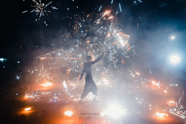 Gevaarlijke vuurshow van het team van professionele artiesten met brandende fakkels