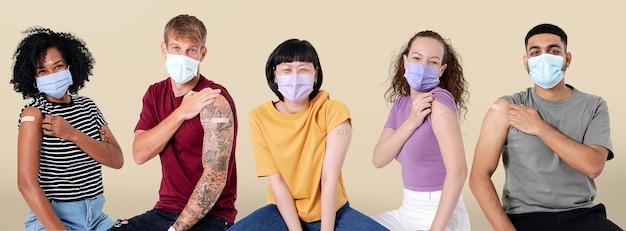 Gevaccineerde diverse mensen die schouder presenteren