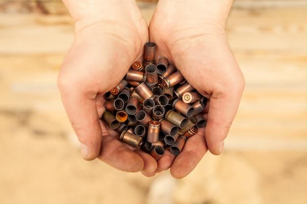 Gevallen van cartridges in de handen