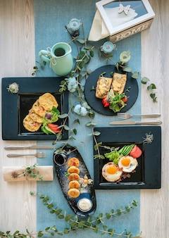 Gevarieerde ontbijtmogelijkheden in het restaurant. op de houten tafel