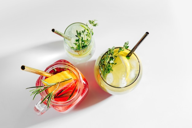 Gevarieerde zomerdrankjes met verse citrus, kruiden en ijs