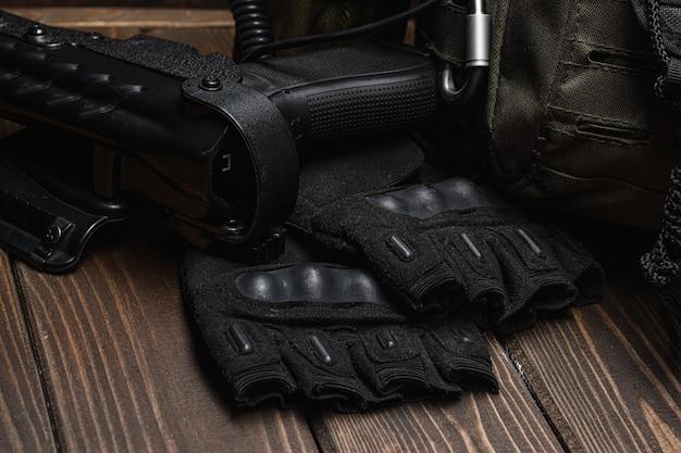 Gevechtsmes en militaire munitie.