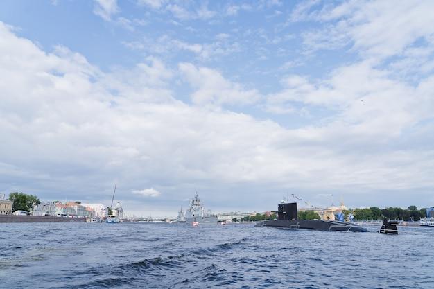 Gevechtsonderzeeër van de russische marine. de viering van de dag van de marine.