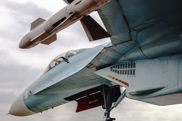 Gevechtsvliegtuig met raketten onder de vleugel