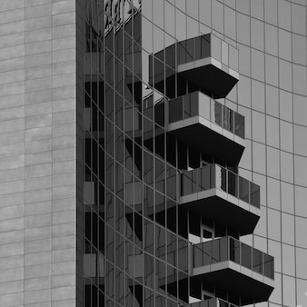 Gevel en balkons van een modern gebouw met glazen panelen