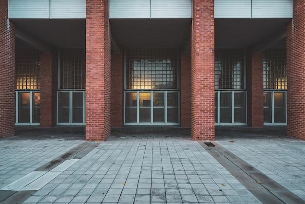 Gevel met bakstenen kolommen van een universiteitsgebouw