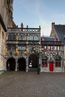 Gevel van basilius, of basiliek van het heilig bloed, in brugge, belgië.
