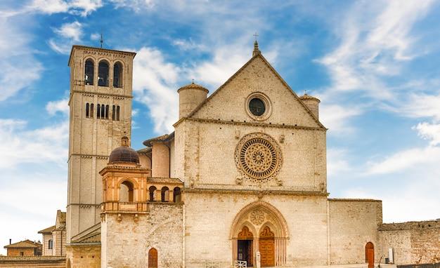 Gevel van de basiliek van sint franciscus van assisi, italië