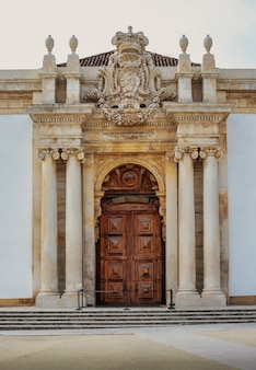 Gevel van de joanina-bibliotheek aan de universiteit van coimbra portugal.