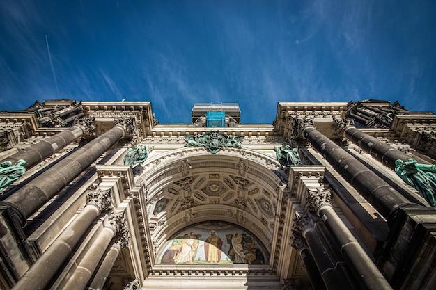 Gevel van de kathedraal van berlijn in berlijn, duitsland.