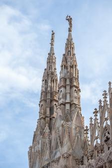 Gevel van de kathedraal van milaan. de kathedraal van milaan is de derde grootste kerk ter wereld. architectuur.