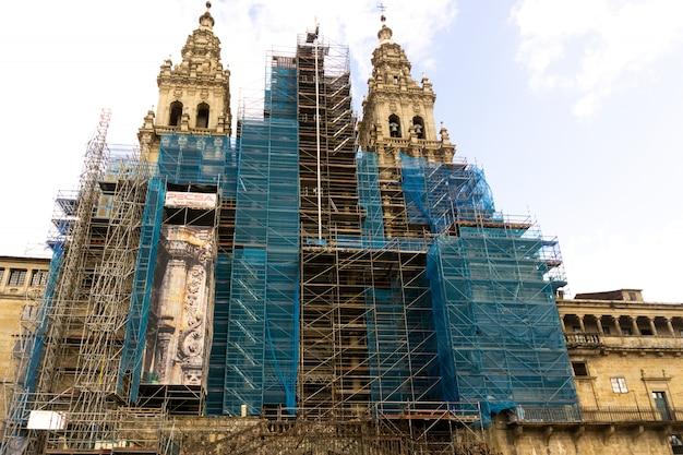 Gevel van de kathedraal van santiago van compostela in werken beschermd met een blauw net