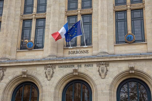 Gevel van de universiteit sorbonne in parijs