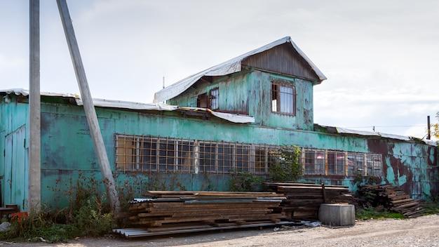 Gevel van een blauw magazijn, commercieel gebouw voor opslag van goederen.