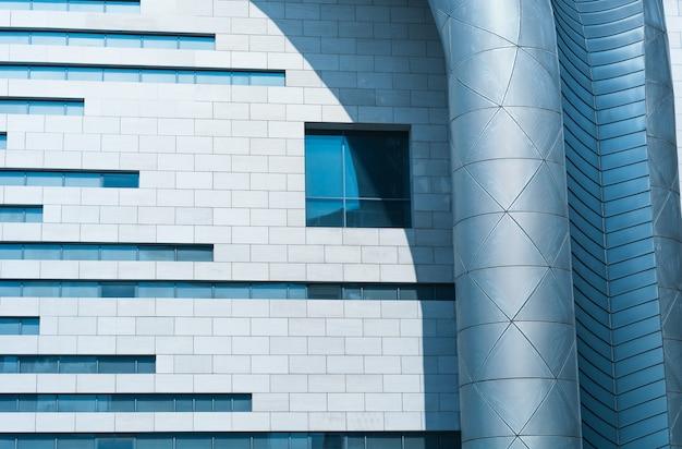 Gevel van een gebouw met een raam en een ventilatiepijp