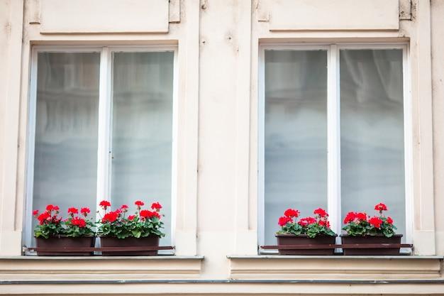 Gevel van een gebouw met ramen in karlovy vary