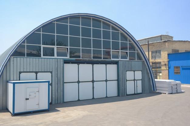 Gevel van een industrieel magazijn met een ovaal dak