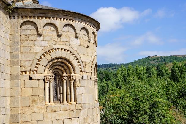Gevel van een middeleeuws stenen kasteel met bogen erop en de berg op de achtergrond. villefranche de conflent in frankrijk