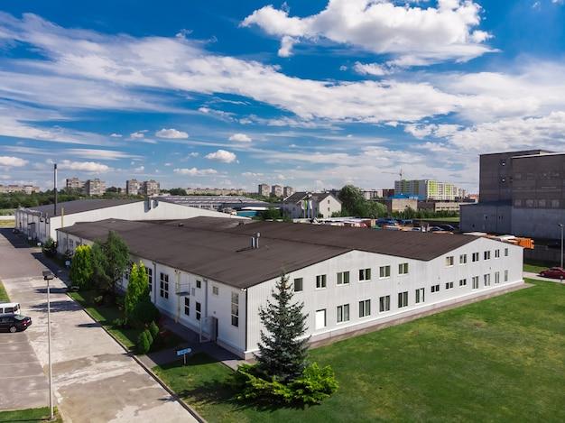 Gevel van een modern commercieel fabrieksmagazijn