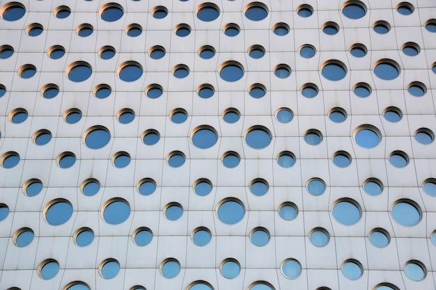 Gevel van een modern gebouw met ronde ramen