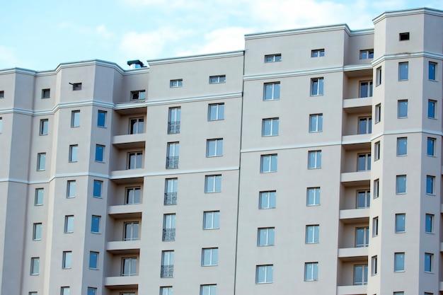 Gevel van een nieuw woongebouw met meerdere verdiepingen. architectuur en moderne constructie