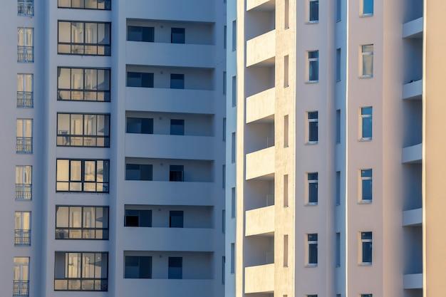 Gevel van een nieuw woongebouw met meerdere verdiepingen