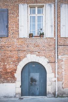 Gevel van een oud huis in de franse provence