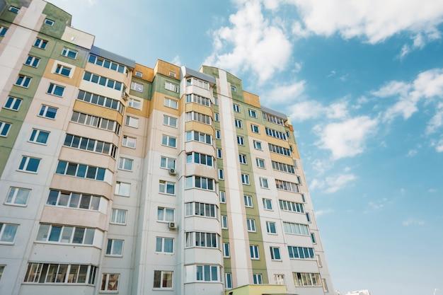 Gevel van een residentieel gebouw met meerdere verdiepingen, een nieuw microdistrict