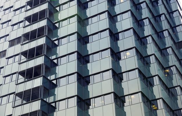 Gevel van futuristisch kantoorgebouw