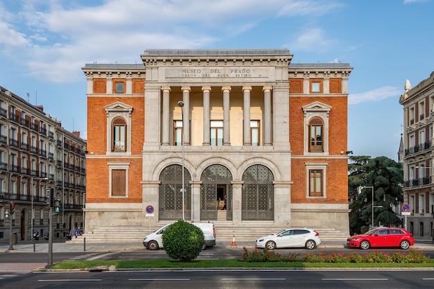 Gevel van het cason del buen retiro-gebouw, een deel van het museo del prado-complex in madrid.